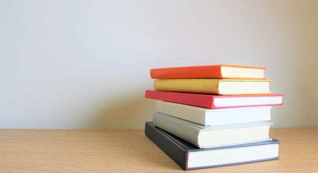 積み重なっている本