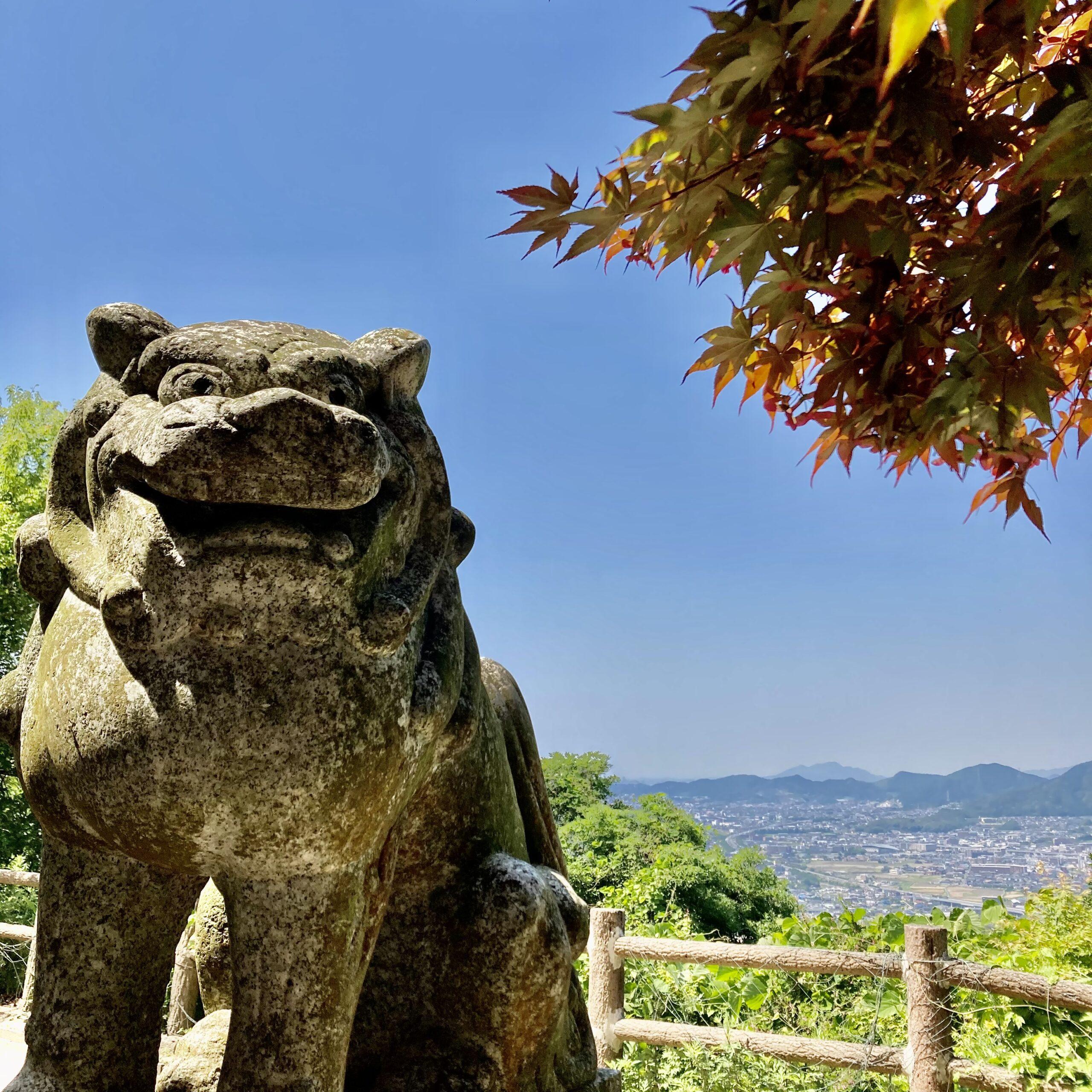 天拝山の山頂の狛犬